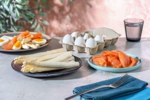 Asperges blanches, saumon œuf image