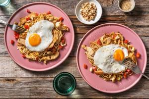 Wok de nouilles udon au poulet mariné & légumes sautés image