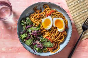 Wok de nouilles udon aux légumes asiatiques image