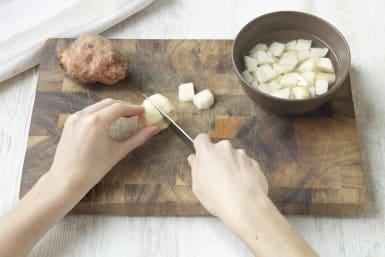 Topinambur und Kartoffeln schälen
