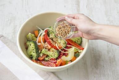 Gemüse mit Sesam bestreuen und anschließend mit den Hänhnchen in den Ofen