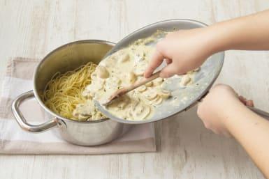 Die Spaghetti mit der Soße anrichten!