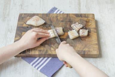Snijd de kabeljauwfilet in 4 stukken
