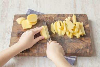 Kartoffeln in Stäbchen schneiden
