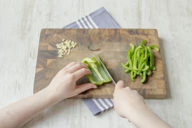 Das Gemüse fein schneiden