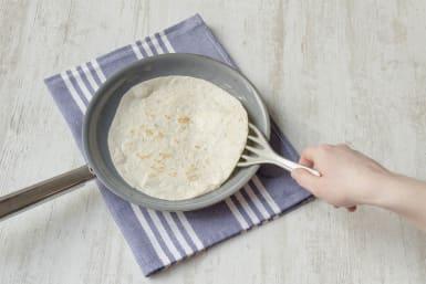Tortilla in der Pfanne anbraten