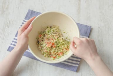 Quinoa zubereiten und mit Zutaten vermengen
