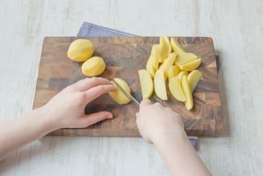 Kartoffeln zu Wedges schälen