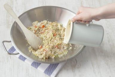 Voeg de rijst bij de groenten