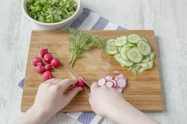 Snijd de radijs en komkommer in dunne plakken