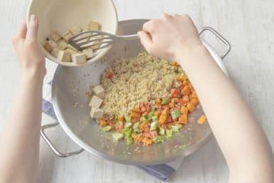 Voeg de tofu bij de groenten