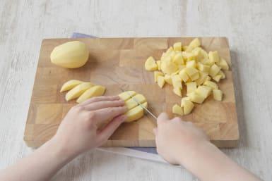 Kartoffeln in kleine Stücke schneiden