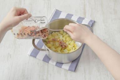 Tomaten-Mischung mit den Kartoffeln unterrühren