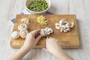 Snijd de champignons in plakken