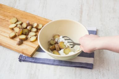 Kartoffeln mit dem Quark und Gurke zusammenrühren