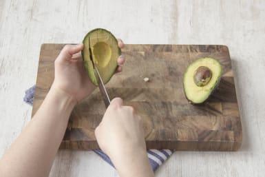 Snijd het vruchtvlees van de avocado in blokjes