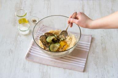 Voeg de gegrilde groenten bij de couscous