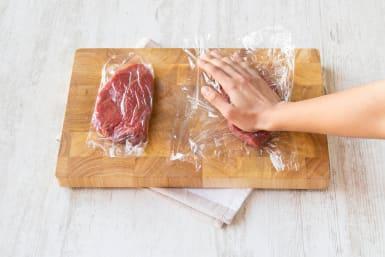 Die Rindersteaks per Hand in die gewünschte Dicke drücken