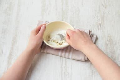 Knoblauch mit Joghurt in Schüssel vermischen