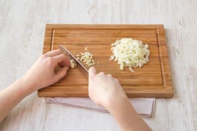 Snijd de ui en de knoflook klein