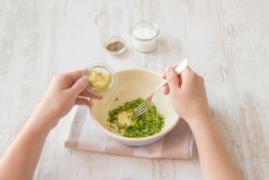 Die Senf-Kräuter-Butter zubereiten
