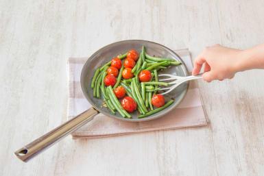 Kirschtomaten und Bohnen in der Pfanne