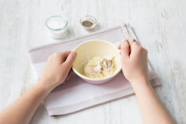 Knoblauch mit Joghurt vermischen