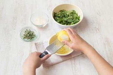 Zitrone heiß abwaschen und die Schale fein abreiben