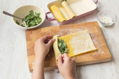 Lasagneblätter wie Cannelloni aufrollen
