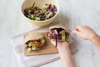 Beleg de pitabroodjes naar wens met de labne, falafel en salade