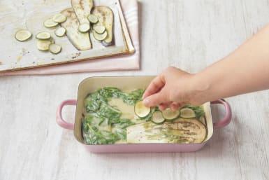 Bedenk de ovenschaal met groenten, lasagnebladen en saus