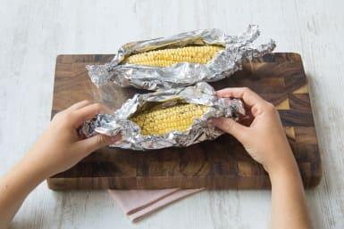 Maiskolben einwickeln
