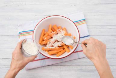 Speisestärke mit Karotten vermengen