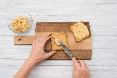 Toastbrot mit Humus bestreichen