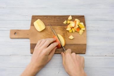 Snijd de appel in blokjes.