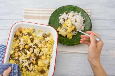 Verdeel de ovenschotel over de borden en serveer met rijst.