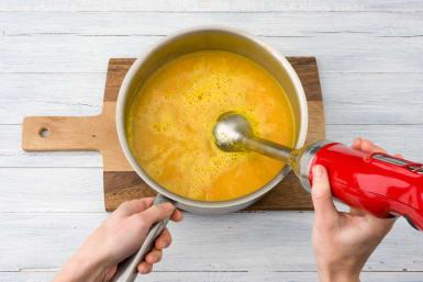 Karotten-Suppe pürieren