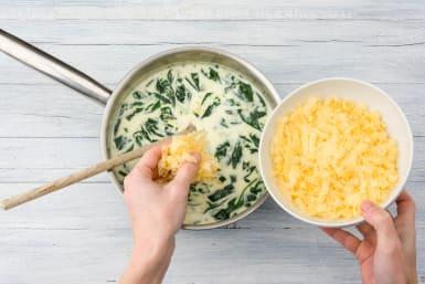 Voeg als laatste de kookroom, ⅓ deel van de oude kaas en peper en zout naar smaak toe.
