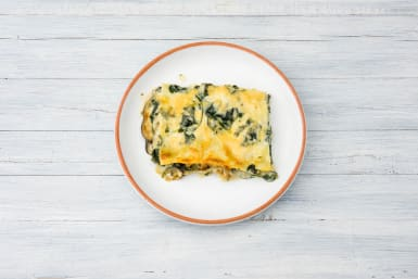 Verdeel de lasagne over de borden.