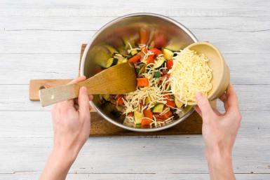 Pfannengemüse mit Käse bestreuen