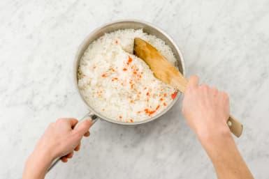 Kook de rijst.