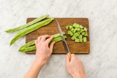 Snijd de snijbonen in schuine reepjes van 2 cm.