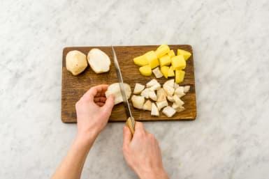 Schil de aardpeer en snijd in even grote stukken als de aardappelen.