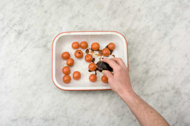 Besprenkel de cherrytomaten met zwarte balsamicoazijn.