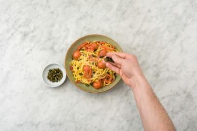 Garneer met de pompoenpitten en grana padano.