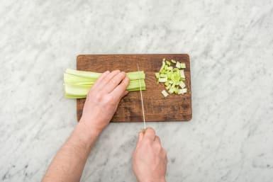 Snijd de bleekselderij.