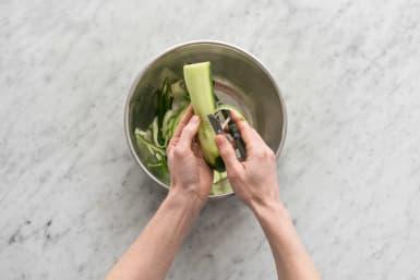 Snijd de komkommer.