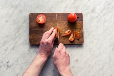 Snijd de tomaten.