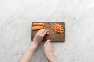 Snijd de wortel in blokjes