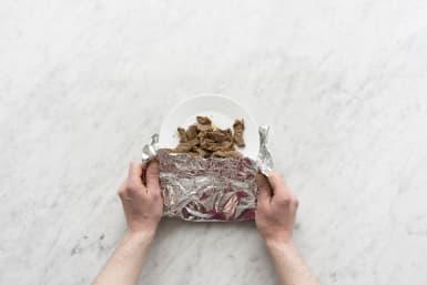 Bewaar de biefstukreepjes op een bord, afgedekt met aluminiumfolie.
